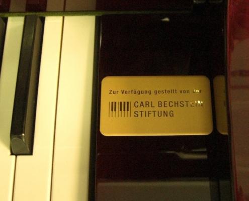 """Diesen Brief der Grundschule Glienicke/ Nordbahn bei Berlin möchten wir gern komplett veröffentlichen. Die Schule hat seit August 2017 ein Klavier der Carl Bechstein Stiftung: . Wow, ist das schön… …. staunen Schüler der Grundschule Glienicke, wenn sie den Musikraum betreten und das schwarze Glänzende, das nun seit mehr als einem Jahr diesen Raum schmückt, entdecken. Gemeint ist ein Klavier, das uns die Bechstein- Stiftung auf unbestimmte Zeit zur Verfügung stellt mit dem Ziel, Kinder zum Erlernen dieses Instrumentes zu animieren. Warum Klavier? Warum Musik? Musik bildet eine Brücke zwischen Emotion und Kognition. Forscher haben herausgefunden, dass sie ein gewaltiger Stimulus für das Gehirn ist. So lernen musizierende Kinder leichter Fremdsprachen und können sich besser konzentrieren, nicht nur beim Singen oder dem Spielen eines Instrumentes. Die Liste der nachgewiesenen positiven Effekte ist lang. Vor allem aber macht Musik glücklich. Unser """"kleiner Bechstein"""" wird gehütet, aber in erster Linie natürlich genutzt. Im Rahmen des Musikunterrichtes an unserer Grundschule schnuppern die Schüler in die Welt des Klavierspiels hinein, indem sie einen kleinen Bruchteil davon erlernen. Sie spielen Tonleitern, Dreiklänge und einfache Melodien. Dabei wird schon auf Technik, Fingersatz, Tempo und Rhythmus geachtet. Sie komponieren eigene Songs, vertonen Slogan für Projekte wie das der """"Werbung"""" und begleiten diese auf dem Piano. Auch in Schauspielprojekten und Geräuschgeschichten, wie dem """"Erlkönig"""" erfreut sich das Instrument immer größerer Beliebtheit. Des Weiteren finden im Rahmen des Musikunterrichts wiederholt Vorspiele unserer Klavierschüler statt… Das alles führt uns heute zu folgendem Resümee: Der Plan scheint aufzugehen, denn immer wieder berichten Schüler davon, dass sie nun Klavierunterricht erhalten, der unter anderem an diesem Klavier, aber auch extern stattfindet. Selbst einige Eltern und Lehrer haben sich anstecken lassen…. Wow! Wir sind begeistert und sagen von"""