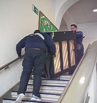 97 Stufen mussten die Träger der Firma PianoExpress das Klavier in die Schulaula hochtragen.