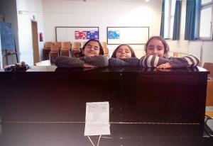 Diese drei Mädchen haben das Klavier als erstes ausprobiert.