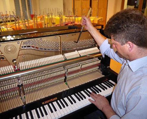 Nach der Ankunft wurde das Instrument vom Klaviertechniker der Firma Piano Auer aus Miesbach gestimmt.